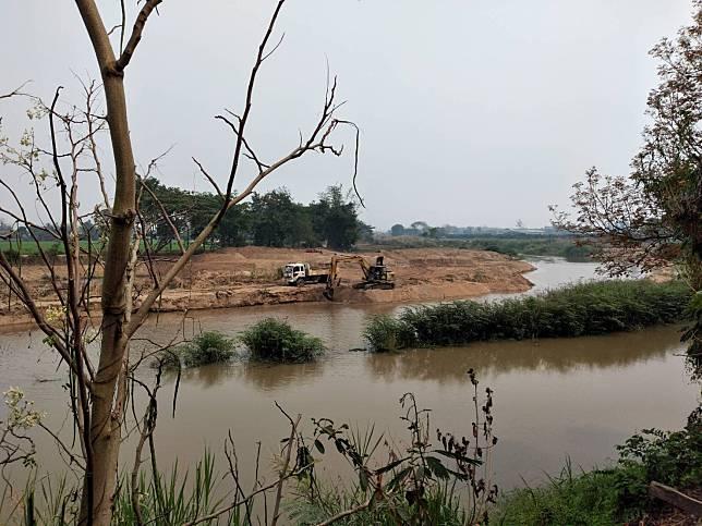 ชาวบ้านสุดทนร้องผ่านสื่อ!!! ขุดทรายแม่น้ำลาวแด….จนเป็นล่ำเป็นสัน