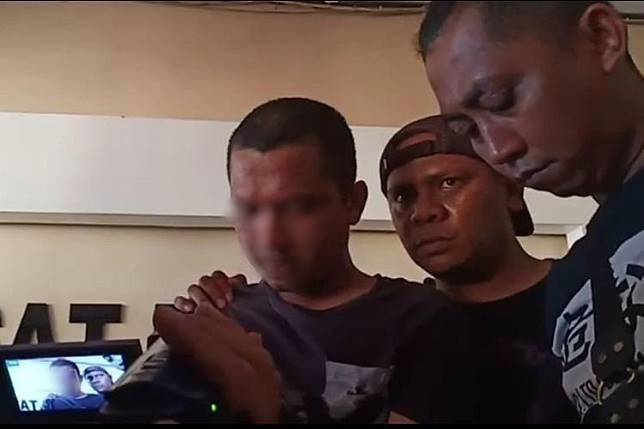 Pelaku pembunuhan presenter TVRI berkaos hitam dan berambut cepak ditangkap polisi di salah kamar indekos di Jalan Abunawas Kendari, Minggu (21/7/2019).(KOMPAS.com/KIKI ANDI PATI)   Artikel ini telah tayang di Kompas.com dengan judul