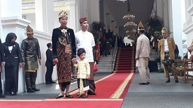 Presiden Jokowi bersama cucunya Jan Ethes saat menyambut AHY di Istana Negara. (Suara.com/Ummi HS).