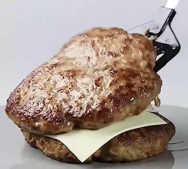 將3塊漢堡扒疊起,中間分別鋪2片芝士。(互聯網)