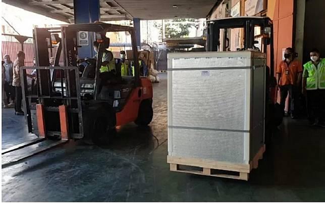 Kodam Jaya kawal kedatangan vaksin Covid-19 merek Sinopharm dari  China di Bandara Soekarno-Hatta menuju Gudang Kimia Farma Pulogadung, Jakarta, Sabtu (1/5/2021)./Antara\\r\\n