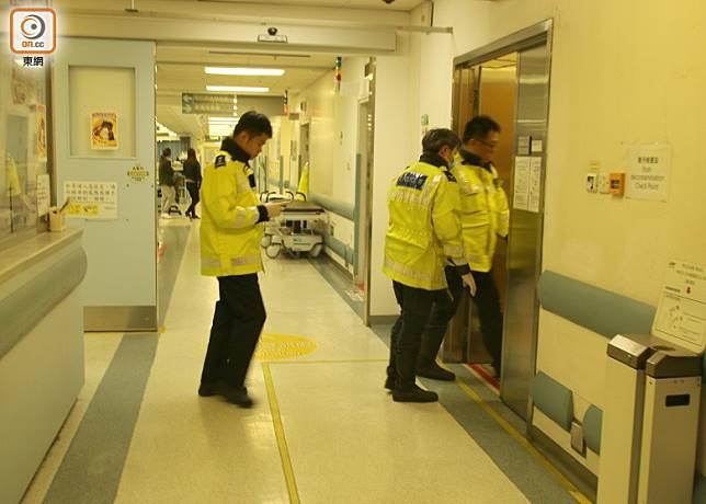 警員在醫院調查奪命車禍經過。(梁國雄攝)