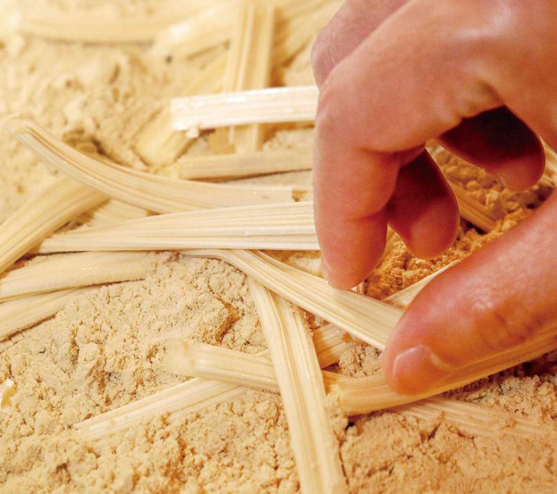 將做好的白糖蔥剪成一段段長條,吃起來又甜又鬆脆。(圖/焦正德攝)