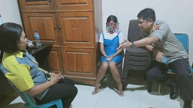 TH, gadis berusia 17 tahun yang berstatus pelajar serta jebolan ajang pencarian bakat The Voice Indonesia, dibekuk polisi karena menganiaya ibu kandungnya sendiri berinisial AH. [Antara]