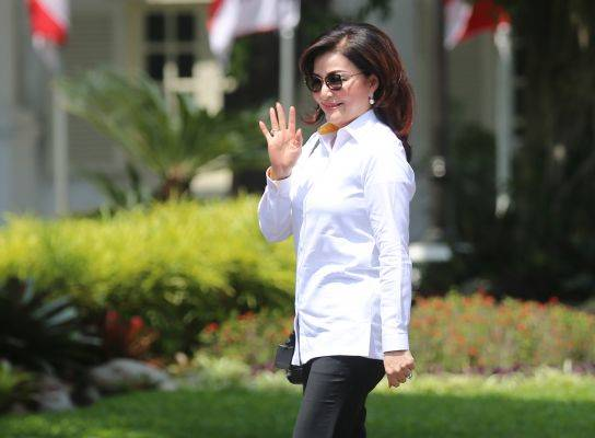 Bupati Minahasa Selatan Christiany Eugenia Paruntu melambaikan tangannya saat berjalan memasuki Kompleks Istana Kepresidenan.