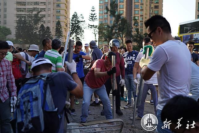 ชาวฮ่องกงร่วมเคลียร์ถนน เปล่งเสียง 'ไม่เอา' ความรุนแรง