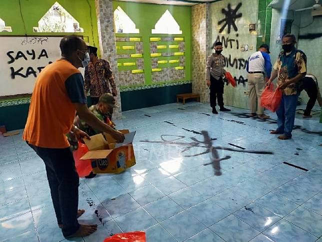Olah Tempat Kejadian Perkara dan pembersihan mushola Darus Salam yang menjadi tempat vandalisme di Pasar Kemis. Kabupaten Tangerang. Selasa, 29 September 2020. Foto istimewa