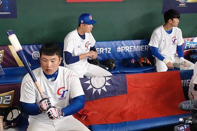 世界12強棒球賽中華隊至東京巨蛋練球,板凳席擺放國旗鼓舞士氣。