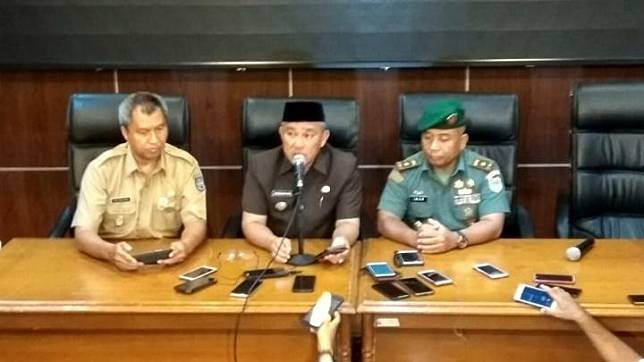 Depok Mayor Mohammad Idris (center) during a press conference on Depok residents who test positive for COVID-19 at the Depok City Hall, Monday, March 2, 2020.  TEMPO/Ade Ridwan
