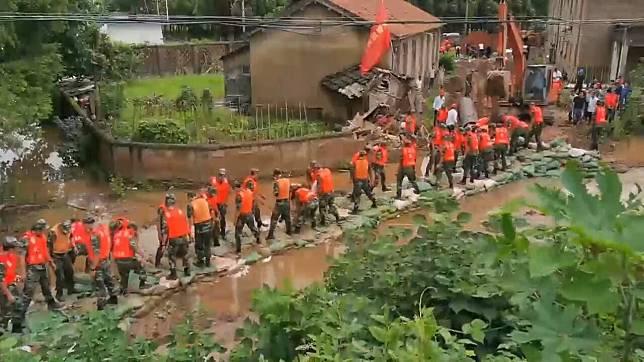 ตำรวจติดอาวุธจีนลุย 'ปฏิบัติการ 15 ชม.' เสริมคันกั้นน้ำด้วยกระสอบทรายนับหมื่นใบ