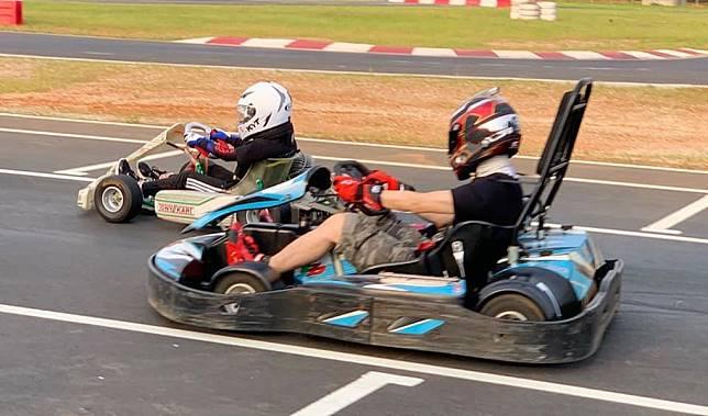▲Kimi(左)賽車速度快過老爸了嗎?(圖/翻攝林志穎臉書)