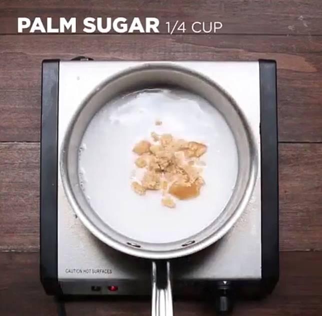 椰奶加棕櫚糖及鹽煮溶。(互聯網)