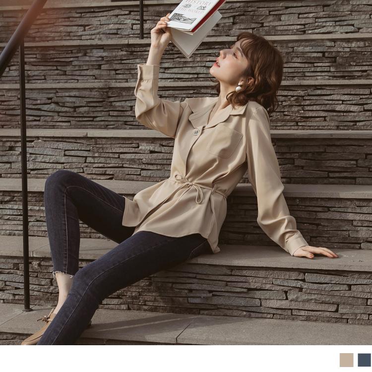 柔軟滑順的免熨燙材質讓妳穿著整天無顧慮, 襯衫翻領版型讓舒適穿搭也不失莊重, 可拆式腰帶展現你的曼妙曲線, 跳色大理石紋釦點綴整體亮點提升品味質感, 此款2色純色長袖上衣讓你輕鬆穿出知性輕熟女穿搭風格