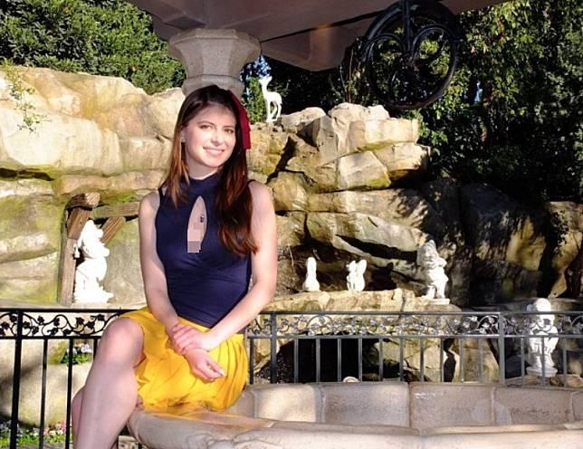 Wanita cantik ini tak hanya kerap memadukan skinny jins.  Ia juga beberapa kali terlihat feminin dengan rok yang ia kenakan.  Daniela tampil manis dengan atasan cut out di bagian dada berwarna navy dan bawahan rok lipit berwarna kuning.