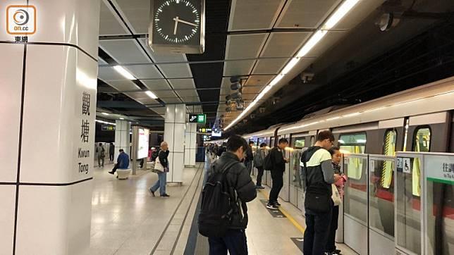 早上約6時,觀塘港鐵站暫運作如常。(任方攝)