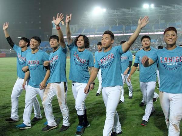 Lamigo才奪上半球季冠軍,卻傳出轉賣消息,最後由日本樂天集團100%接手(圖/擷自 Lamigo桃猿官網)