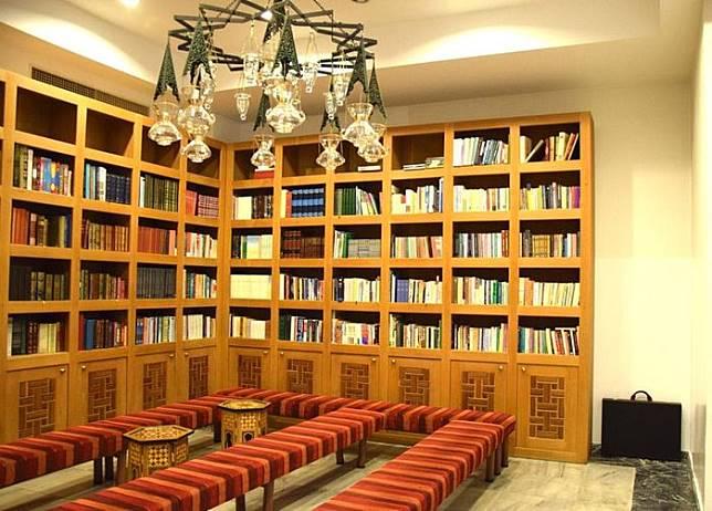 Perpustakaan di ruangan pusat kebudayaan Turki