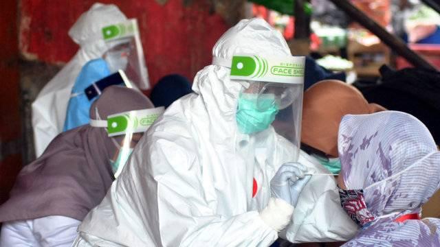 Petugas medis dari Dinas Kesehatan Kota Bogor melakukan tes swab kepada pedagang di Pasar Baru Bogor, Jawa Barat. Foto: ANTARA FOTO/Arif Firmansyah