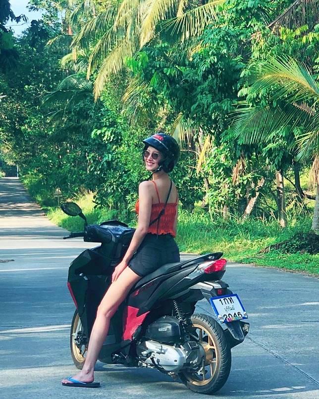 菜菜緒外出度假,踢拖騎電單車晒長腿。