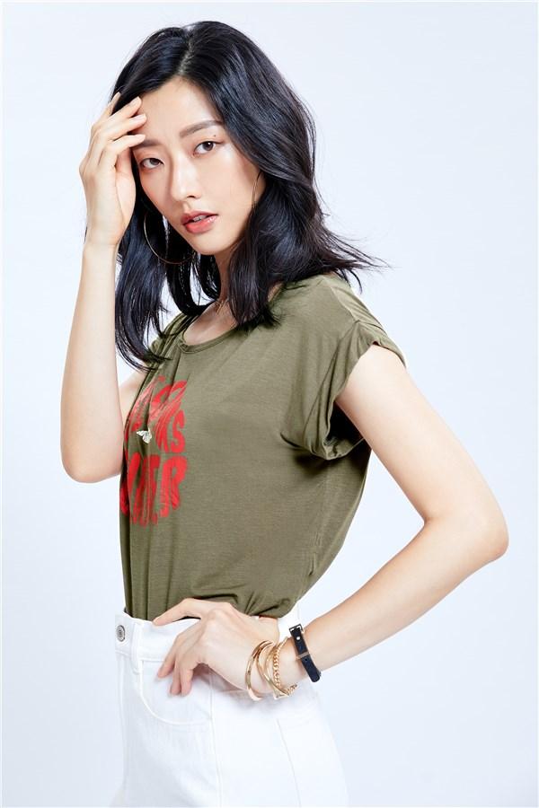 圓領短袖T恤;短版;正面LIP塗鴉設計。