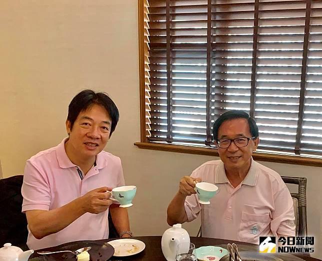 前總統陳水扁11日透過臉書「新勇哥物語」,分享他和前行政院長賴清德見面的照片,照片中兩人都穿粉色上衣,神情輕鬆。照片上陳、賴兩人面露笑容舉著茶杯。(圖/翻自陳水扁臉書)