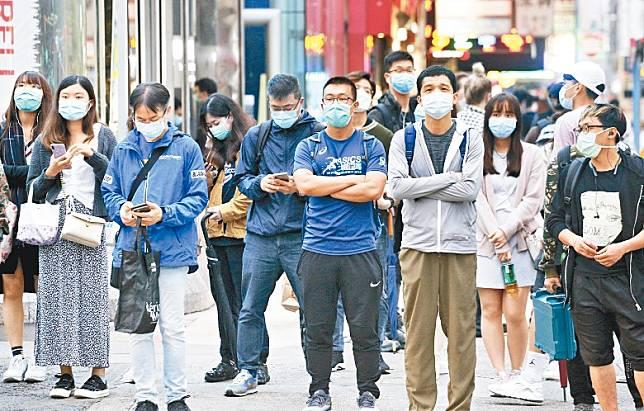 袁國勇指市民在疫情初期是高度戒備預防,但近期開始鬆懈。