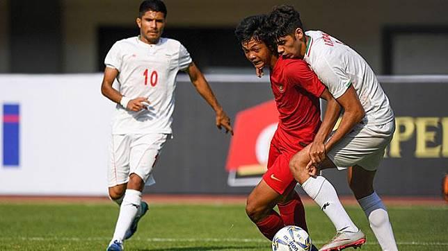 Pesepak bola timnas U-19 Indonesia Saddam Emiruddin Gaffar (kiri) berebut bola dengan dengan pesepak bola timnas U-19 Iran Mohammad Reza Moharrami (kanan) pada pertandingan persahabatan di Stadion Patriot Candrabhaga, Bekasi, Sabtu, 7 September 2019. ANTARA/Nova Wahyudi