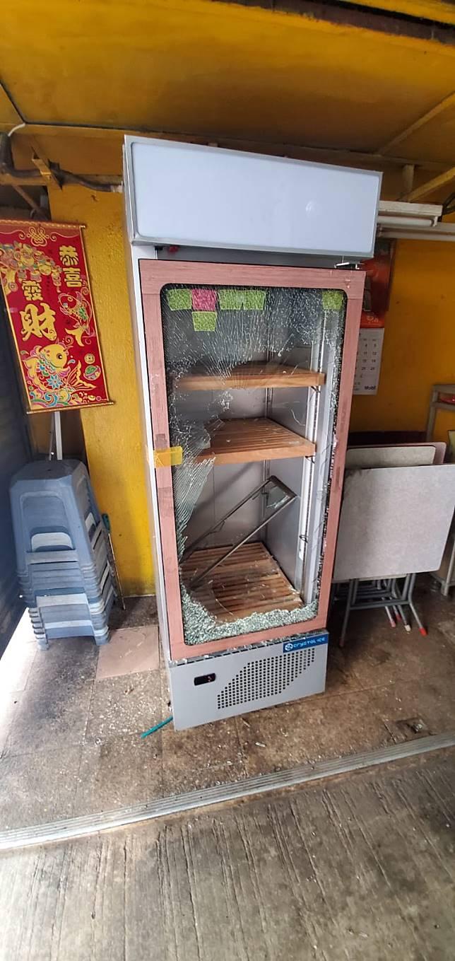 凍櫃櫃門玻璃被扑爛。