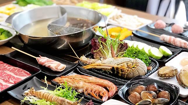 ▲火鍋的靈魂「湯頭」有原味、沙茶、麻辣及叻沙口味。(圖/記者陳美嘉攝)