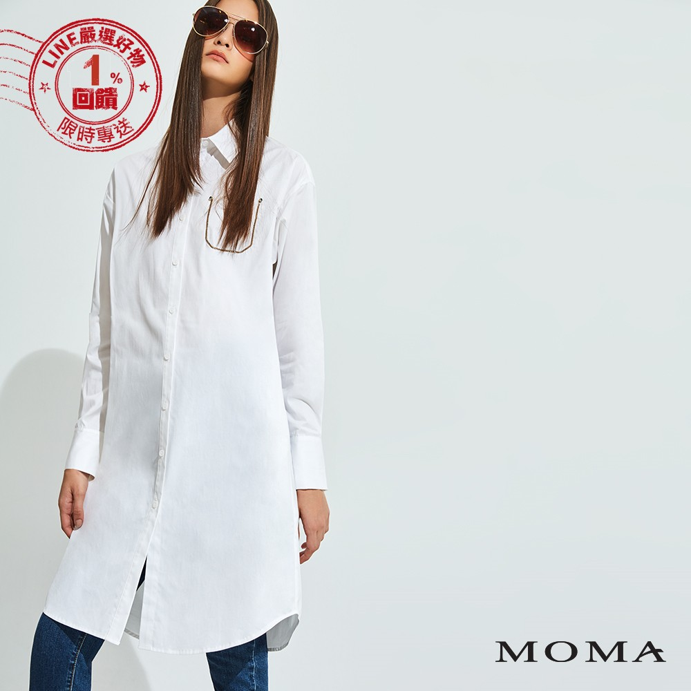 長版襯衫帶出中性的摩登韻味, 鏈條的口袋輪廓設計, 為簡約的款式注入時髦感, 賦予追求時尚的都會女子嶄新的職裝表現。