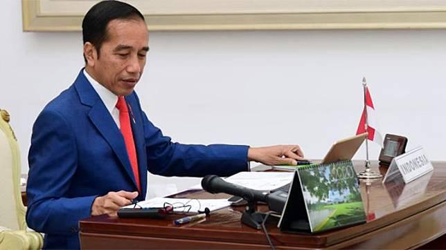 Presiden Joko Widodo alias Jokowi mengikuti KTT Luar Biasa G20 secara virtual dari Istana Bogor, Kamis, 26 Maret 2020. Ibunda Sudjiatmi Notomihardjo meninggal pada Rabu, 25 Maret 2020, dan baru selesai dimakamkan pada Kamis siang. Foto: Biro Pers Sekretariat Presiden/Muchlis Jr