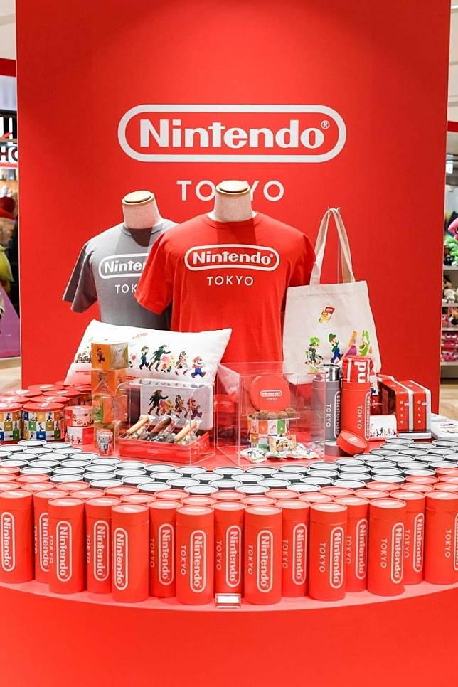 印有Nintendo Tokyo字款的T Shirt,用來做手信一流。(互聯網)