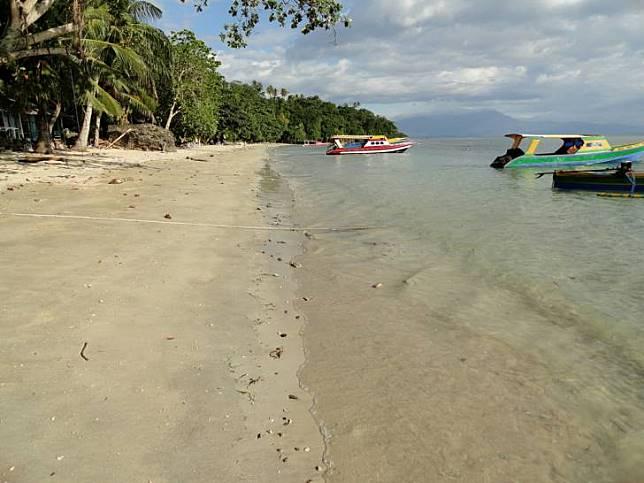 Ombaknya kalem, bersantai di Pantai Liang bisa jadi pilihan