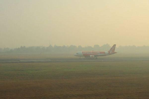 Kabut asap menyelimuti Bandara SMB II Palembang.