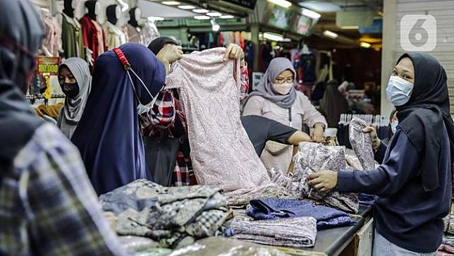 FOTO: PPKM Dilonggarkan, Pasar Tanah Abang Kembali Bangkit
