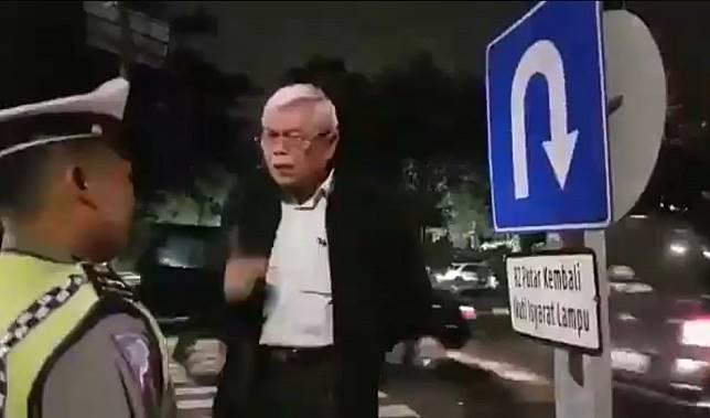 Seorang pria yang mengaku profesor mendebat Polantas yang akan menilangnya