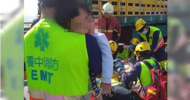 大車夾殺!35歲媽送醫身亡 孩子依偎肩睡著...消防員忍淚:媽媽放心