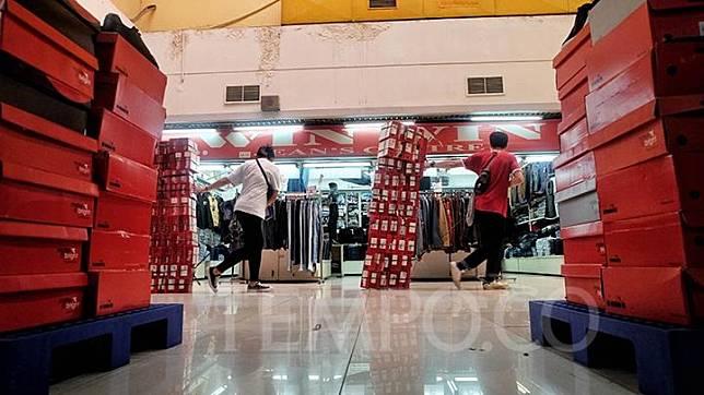 Pekerja Bazar Matahari memindahkan barang jualannya ke dalam gudang di Kawasan Blok M Mall, Jakarta, Selasa, 24 Maret 2020. Sebagai upaya pencegahan penyebaran wabah virus corona baru atau covid-19 bazar matahari menutup sementara lapak dagangnya hingga batas waktu yang tidak ditentukan. TEMPO / Hilman Fathurrahman W