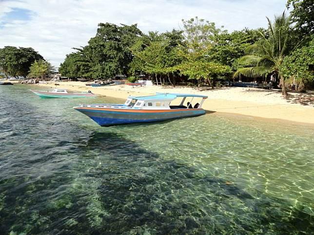 Di tepian Pantai Pangalisang, sudah ada banyak resort yang bisa kamu jadikan tempat bermalam