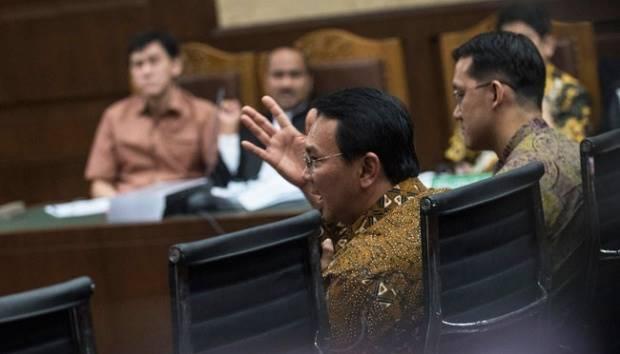 Gubernur DKI Jakarta Basuki Tjahaja Purnama dan staf khususnya, Sunny Tanuwidjaja memberikan kesaksian di Pengadilan Tipikor, Jakarta Pusat, 25 Juli 2016. Saat memberikan kesaksian Sunny mengaku bahwa ia tidak menerima gaji dari Ahok selama ia menjadi staf pribadinya. ANTARA FOTO/Sigid Kurniawan