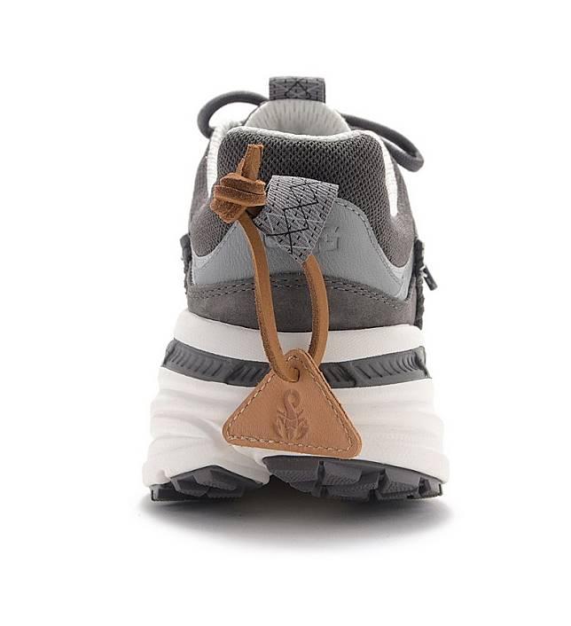 鞋踭「耳抽」掛有SOPHNET.經典蝎子圖案的啡色皮革吊牌。(互聯網)