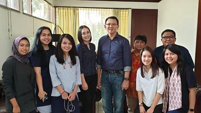 Ahok berkumpul dengan keluarga dan Bripka Puput. (Tim BTP)