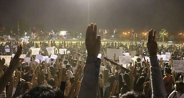 ชาวขอนแก่นหลายพันคน พร้อมใจทำแฟลชม๊อบ พร้อมชู 3 นิ้ว ต้านรัฐบาล