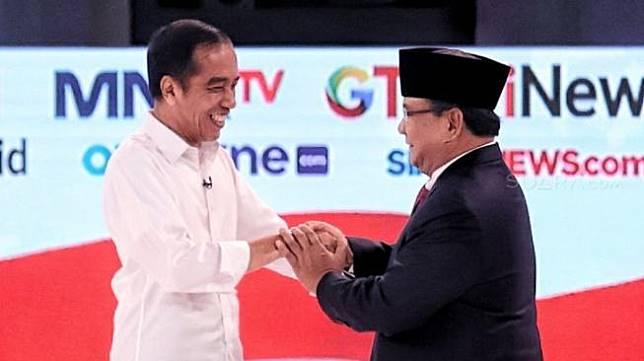 Capres nomor urut 01 Joko Widodo dan Capres nomor urut 02 Prabowo Subianto berjabat tangan seusai mengikuti debat capres 2019 di Hotel Sultan, Jakarta, Minggu (17/2). [Suara.com/Muhaimin A Untung]