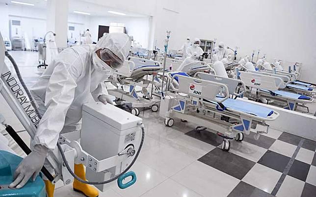 Petugas kesehatan memeriksa alat kesehatan di ruang IGD Rumah Sakit Darurat Penanganan COVID-19 Wisma Atlet Kemayoran, Jakarta, Senin (23/3/2020). Rumah Sakit Darurat Penanganan COVID-19 Wisma Atlet Kemayoran itu siap digunakan untuk menangani 3.000 pasien. ANTARA FOTO/Hafidz Mubarak A/Pool