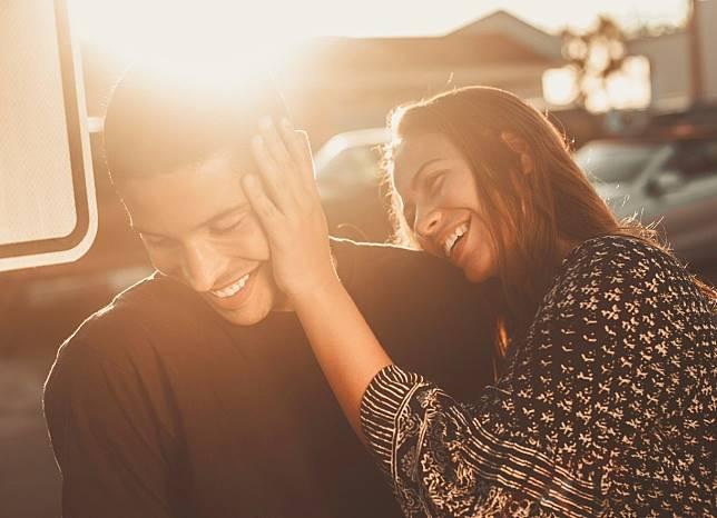 Ternyata Ini 5 Hal yang Dilakukan Pria Cuek Saat Jatuh Cinta