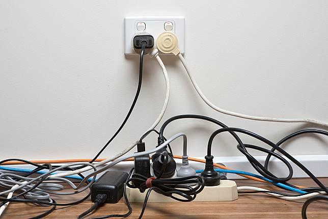 ▲同類電器盡量使用同個插座,再找紙盒收納電線,既美觀又好整理。(圖/信義居家提供)
