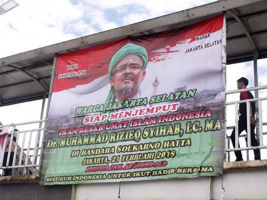 Spanduk bertuliskan warga Jakarta Selatan siap menjemput Habib Rizieq Syihab terpasang di JPO Lenteng Agung, Jakarta, beberepa waktu lalu