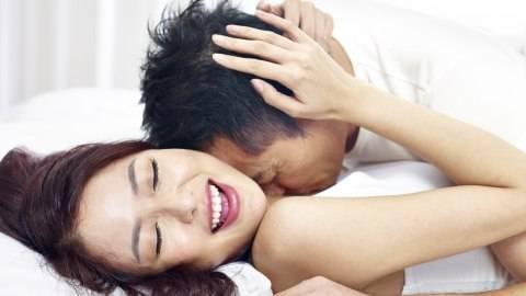 Tak Perlu Lepas Pakaian, 5 Posisi Seks Ini Tetap Berikan Kepuasan Maksimal