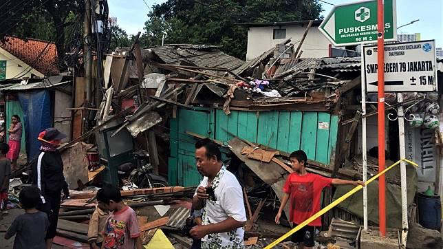 Detik-detik Crane Jatuh di Kemayoran Timpa Rumah Husin dan Keluarga